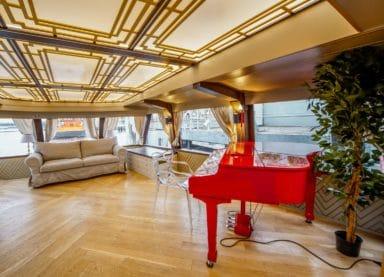 Теплоход Амели - зал с роялем