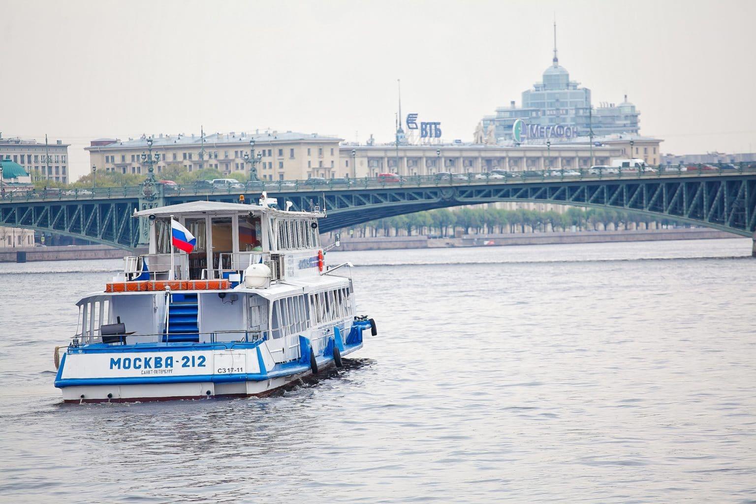Теплоход Москва 212 сзади
